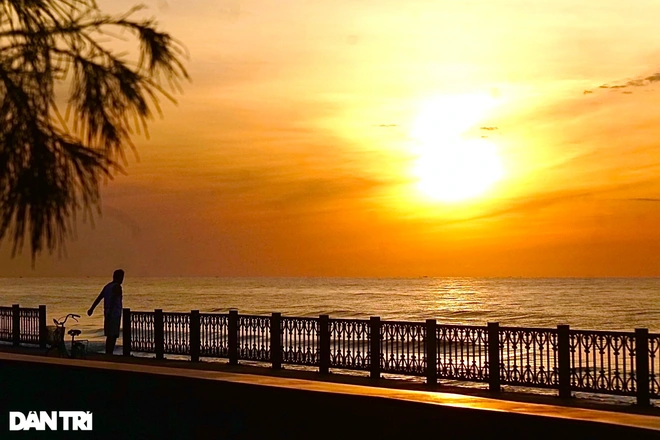 A great spot to take in the beautiful view of dawn and enjoy the cool wind blowing from the sea.  Photo: Dantri