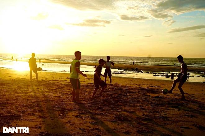 Children playing football on the beach at dawn. Photo: Dantri