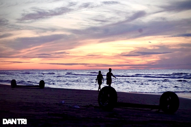 People jogging along the beach and doing exercise on the beach in the early morning. Photo: Dantri