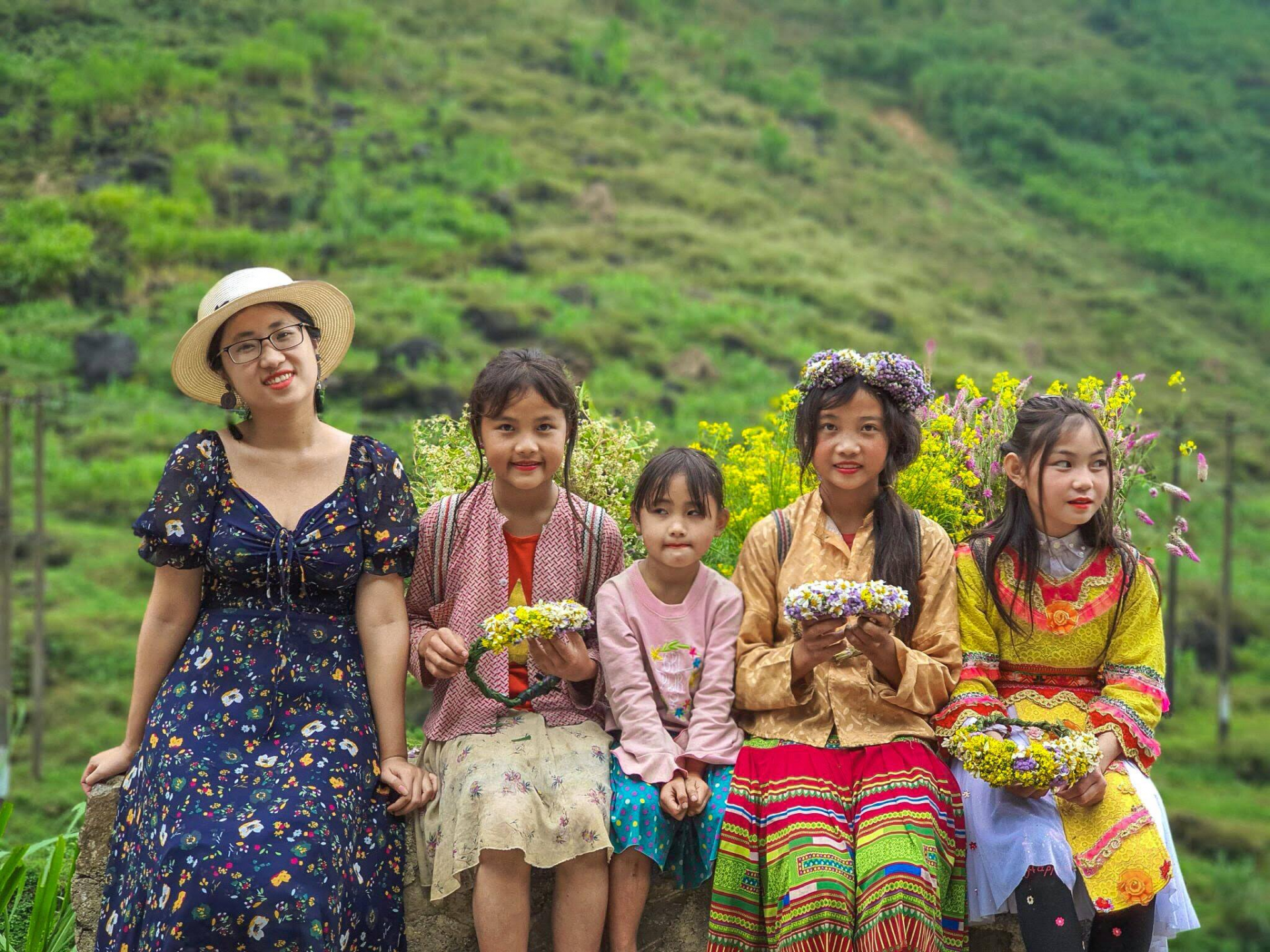 Quynh Trang with little children at Sapa. Photo: NVCC