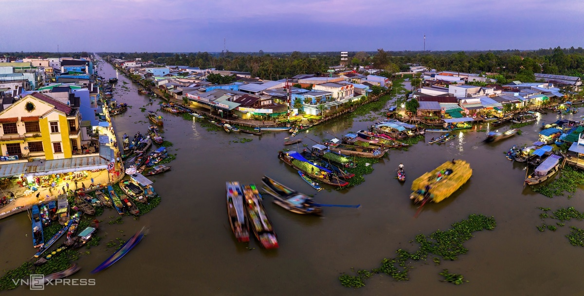 During his journey, Minh Luong visited Nga Nam floating market, Soc Trang. The photo was taken in the early morning, February 6, with the bustling and exciting atmosphere of people buying and selling their goods. Located about 60km from Soc Trang, this floating market is an attraction for many tourists who are curious by its name. Photo: VnExpress