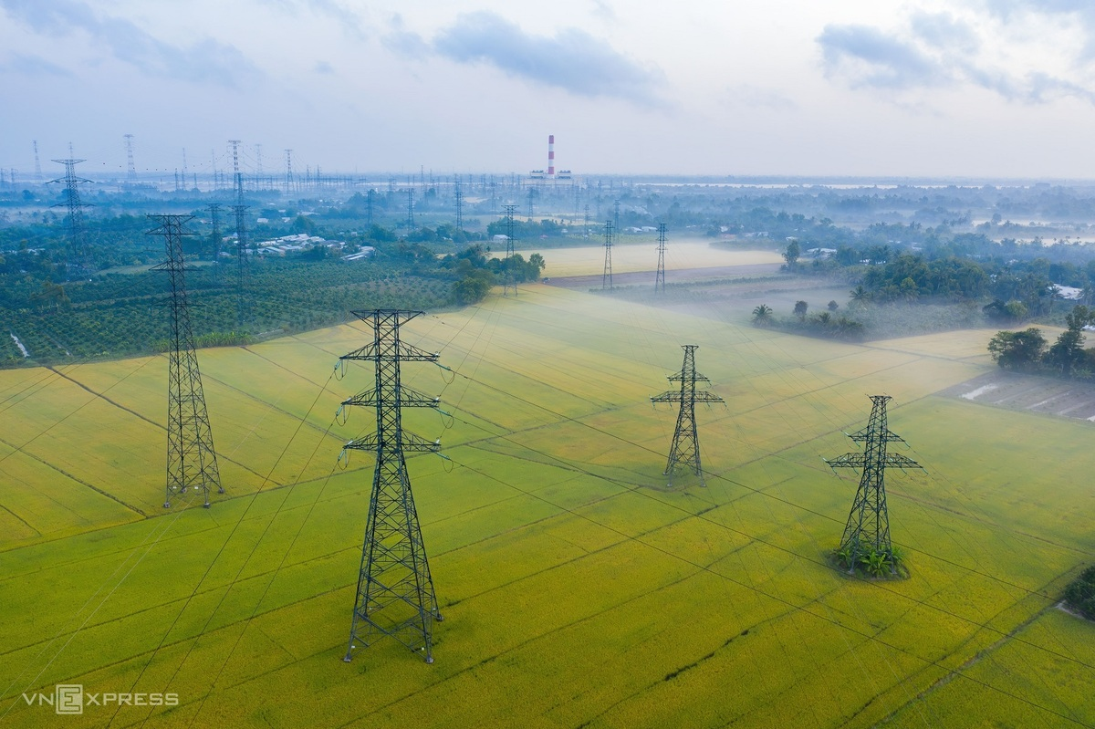 """The power system that connects with the O Mon Thermal Power Station, across the rice field that is in harvesting season.  """"As an electric engineer, I am making an album that captures the beauty of this job to show it to the world,"""" Minh Luong said.  Photo: VnExpress."""