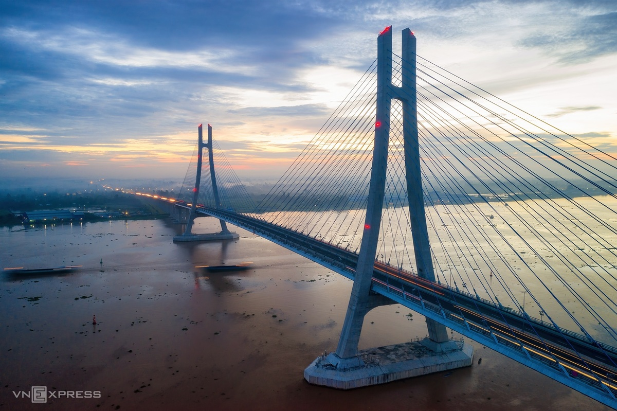 Vam Cong bridge in the morning light. This bridge was built in May, 2019, with a total length of 2,97 km. The bridge connects two sides of Hau riverbanks, between Thot Not, Can Tho and Lap Vo, Dong Thap, which completes the traffic system in Cuu Long Delta.  Photo: VnExpress