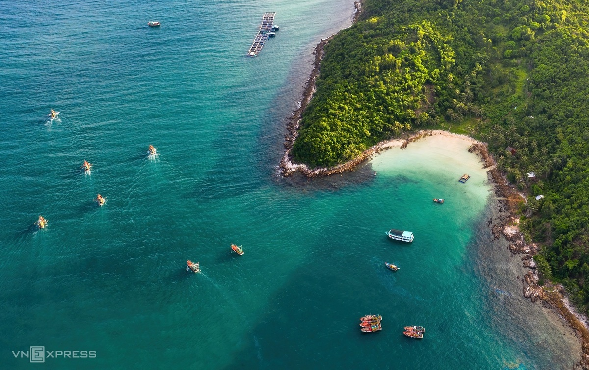 A small corner of Nam Du Islands, Kien Giang. There are a total of 21 islands, including Nam Du Island, also known as Cu Tron is the largest one. Visitors can go swimming at Cay Men beach, a pristine and beautiful beach with a lune of coconut trees embracing the coastal land. They can also join a scuba diving tour to see the corals and explore the fishing village. Photo: VnExpress
