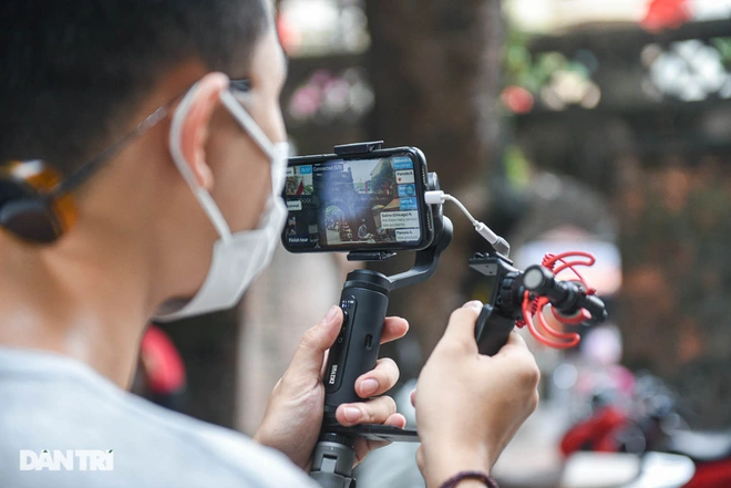 To bring to the tourists the best experience, Hoang carefully chose and prepared his equipments, such as camera, micro, smartphone etc. Photo: Dantri