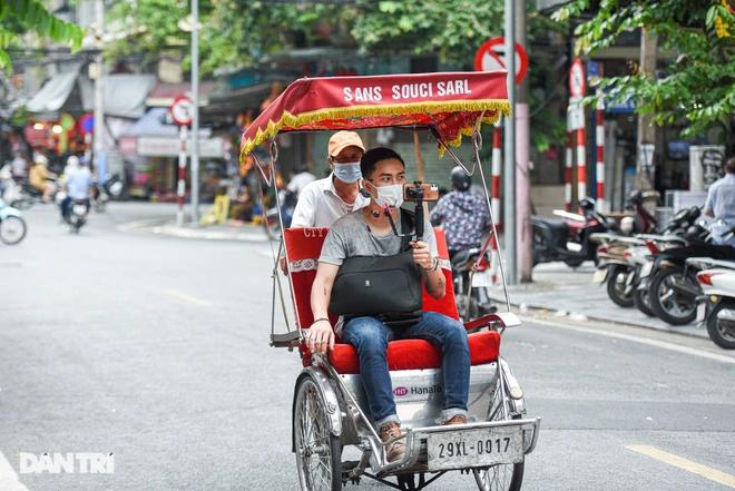 Hoang guides tourists through Hanoi's Old Quarters. Photo: Dantri