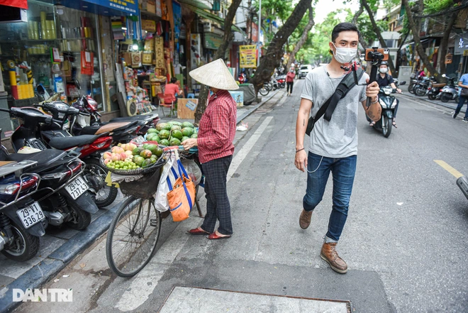 Hoang also introduces tourists to the daily life of people in Hanoi. Photo: Dantri