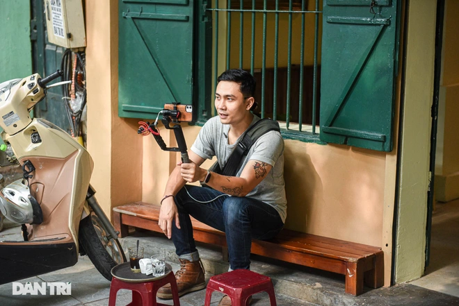 Every weekend, Hoang shows tourists how Hanoians make and drink coffee. Photo: Dantri