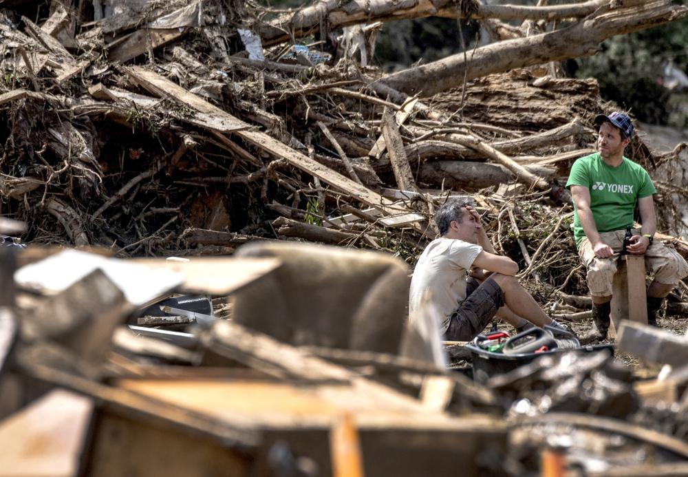 Residents are seen between debris in Marienthal, western Germany, Sunday, July 18, 2021.  Photo: AP