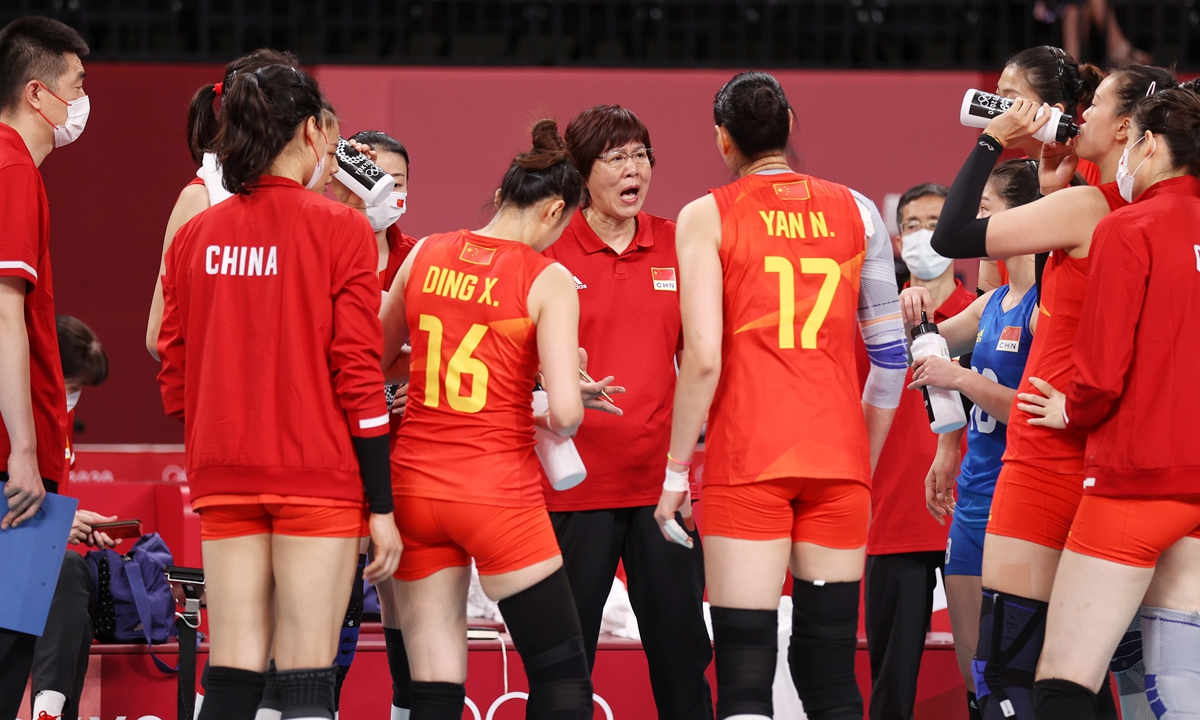 Lang Ping, head coach of China women's volleyball team talks to players courtside during their Sunday game against Turkey. Photo: Cui Meng/GT