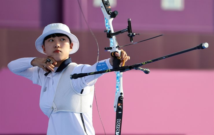 South Korea's An San shoots an arrow during the final of the mixed archery team event at the Tokyo Olympics at Yumenoshima Park Archery Field in Tokyo, July 24. Yonhap