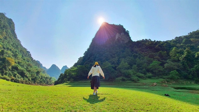 Angle Eye Mountain attracts tourists with green grass carpets like velvet. — Photo luxury-inside.vn