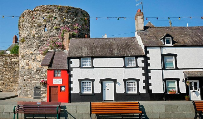 """""""Smallest House of Great Britain"""": The Old Quay House Attracts 55,000 Guests Each Year"""