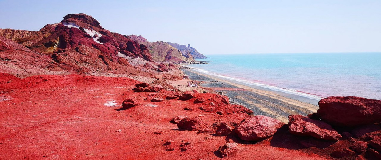 """Wonderful Homuz Island Attracts Tourists With Mesmerizing """"Blood Red"""" Beach"""