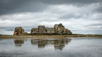 Amazing Place: Castel Meur - The House Between The Rocks