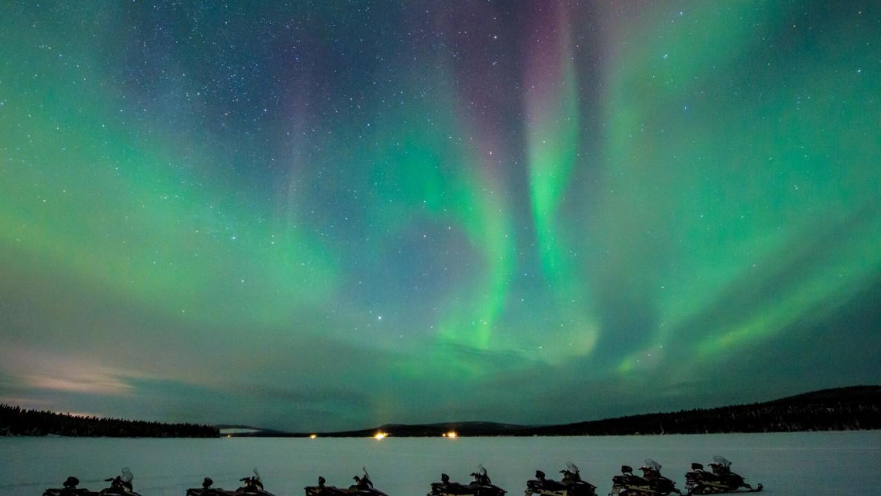 Northern lights on a snowmobile excursion ©Asaf Kliger - ICEHOTEL