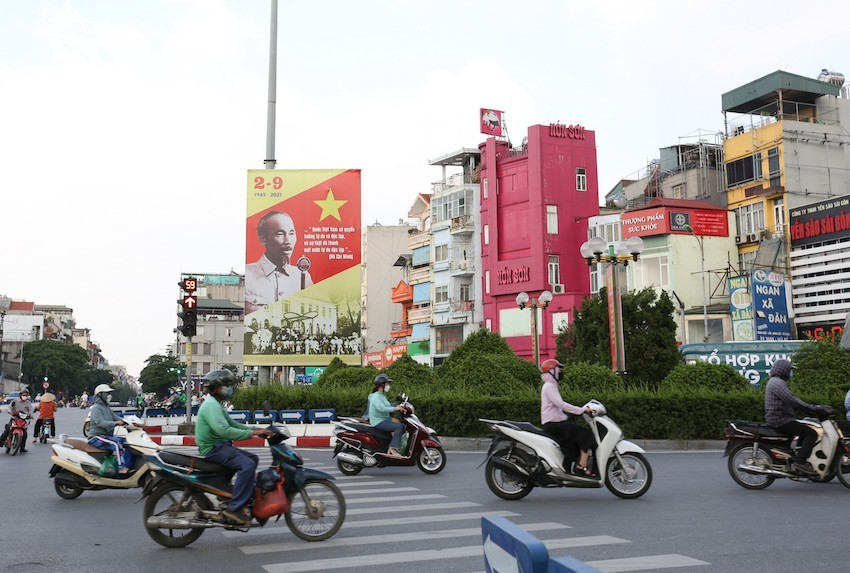 A billboard with the image of President Ho Chi Minh reading the Declaration of Independence, giving birth to the Democratic Republic of Vietnam on September 2, 1945, is hung on the traffic island of O Cho Dua intersection in Dong Da District, Hanoi. Photo: VOV