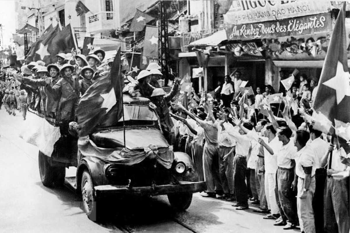 To commemorate their victory, military forces march into the capital on the morning of October 10, 1954, Hanoi's first liberation day. Photo: Tien Phong News