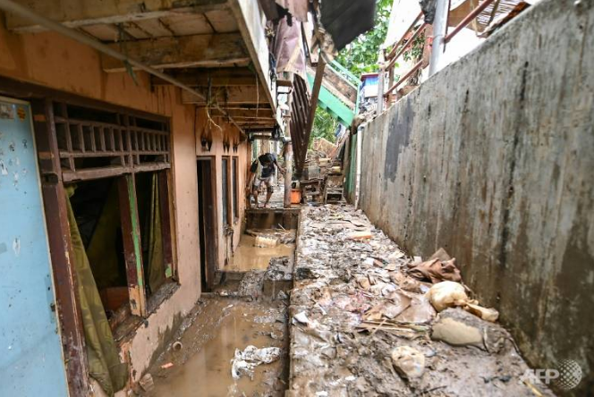 At least 60 dead and 175,000 evacuated as deadly floods hit Indonesia