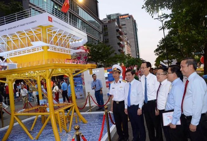 book street festival underways in hcm city during tet