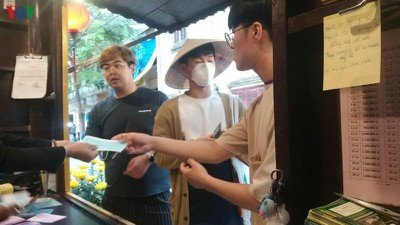 hoi an offers free medical masks to tourists to combat ncov