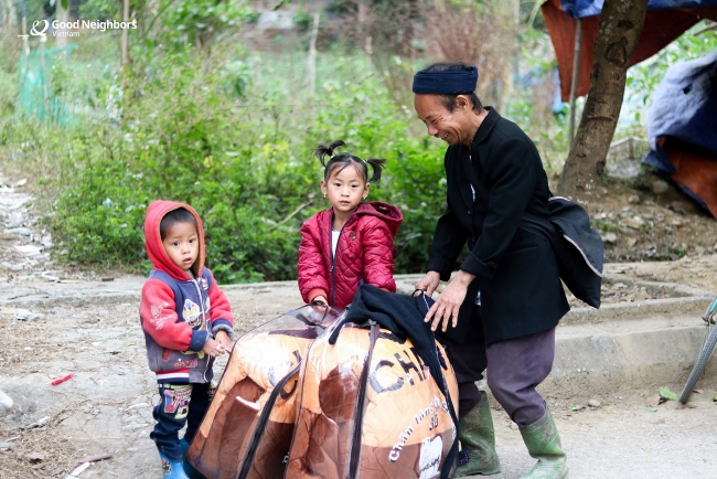 Blankets given to needy children in Vietnam before cold spell sets in