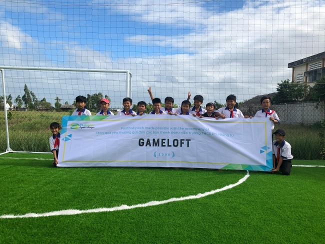 New football field opened for children in Tien Giang