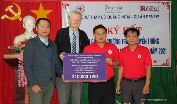 Flood relief supplies from US friends handed over to Quang Ngai people
