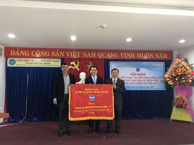 Da Nang Union of Friendship Organizations awarded the VUFO Emulation Flag