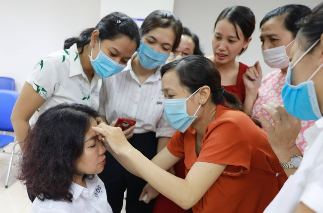 Bien Hoa: Primary eye care training for high shool medical staffs