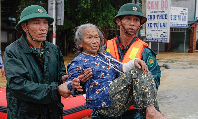 UNPFA presents aid to older people in floods affected three provinces