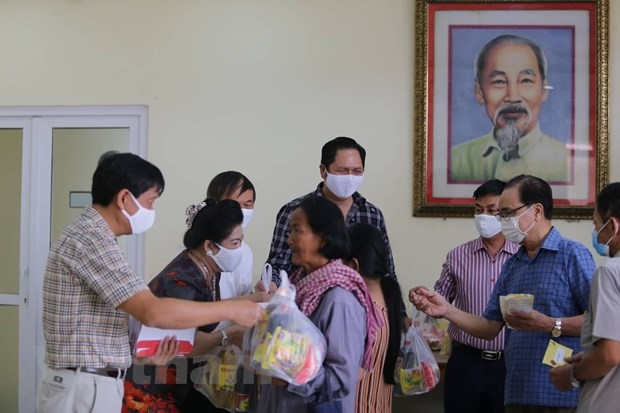 Reviewing Vietnamese consulate's work in six southwestern Cambodian localities