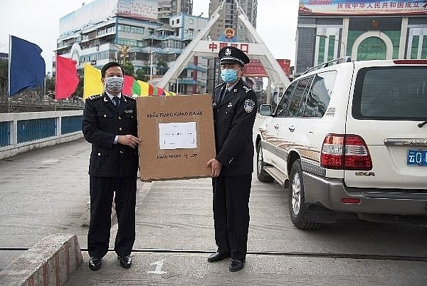 lao cai customs hands over 21000 medical masks to chinas hekou customs