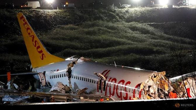 three dead more than 170 injured as turkey plane overruns runway and crashes