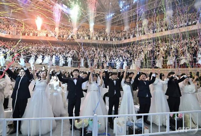 mass wedding held in south korea amid coronavirus fears