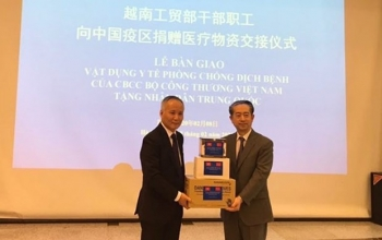 Vietnamese ministry hands over medical devices to Chinese people