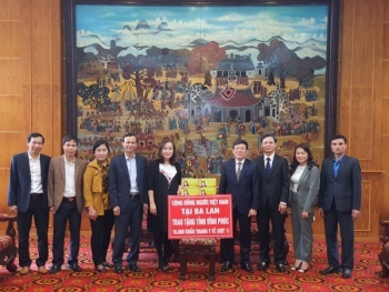 OVs in Poland present 16,000 face masks to Vinh Phuc province