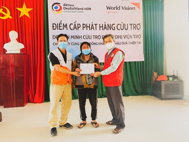 Flood-affected people in Quang Ngai receive support from NGO