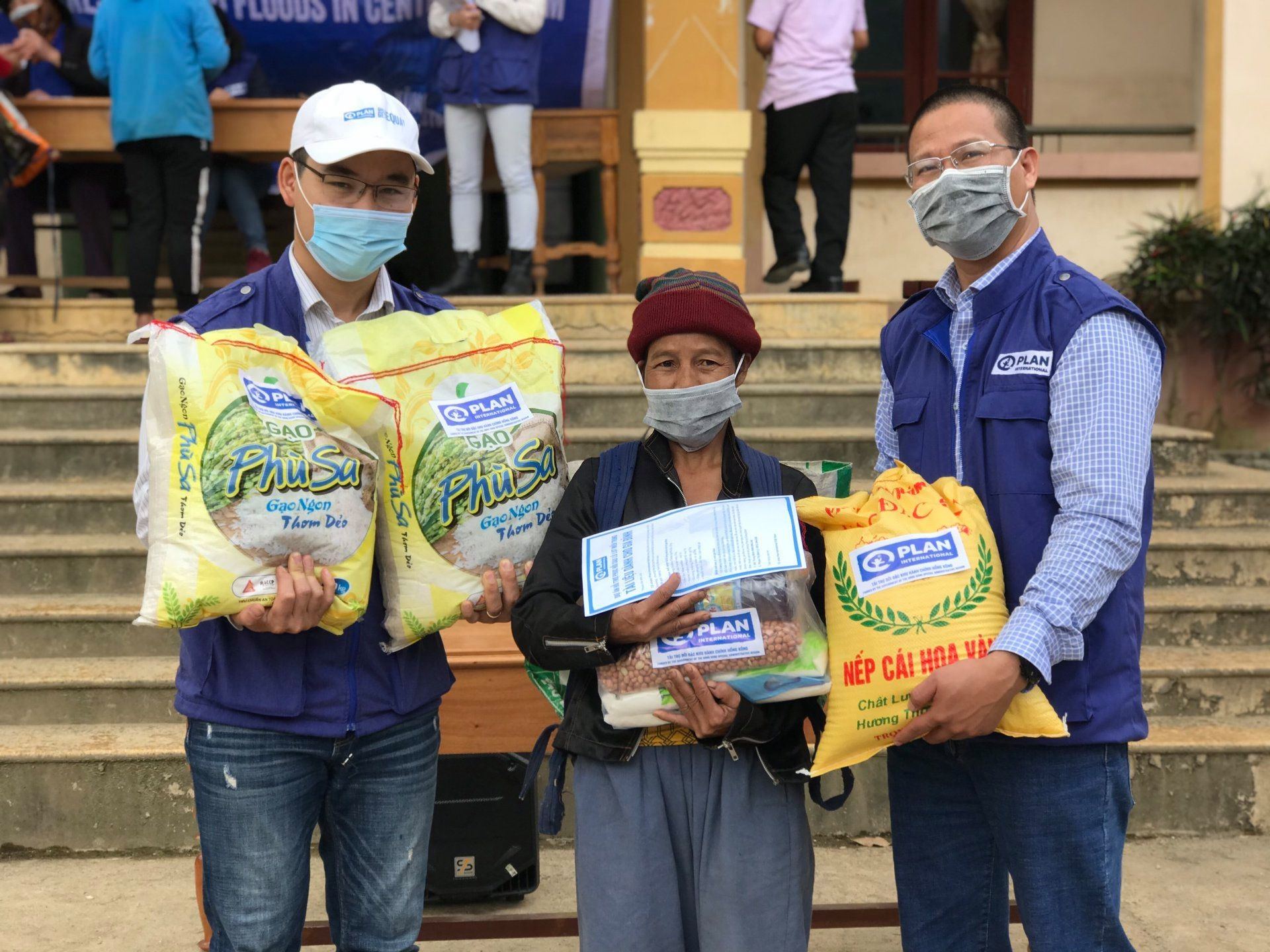 Warm tet festival amidst covid 19: aid sent to help quang binh's locals
