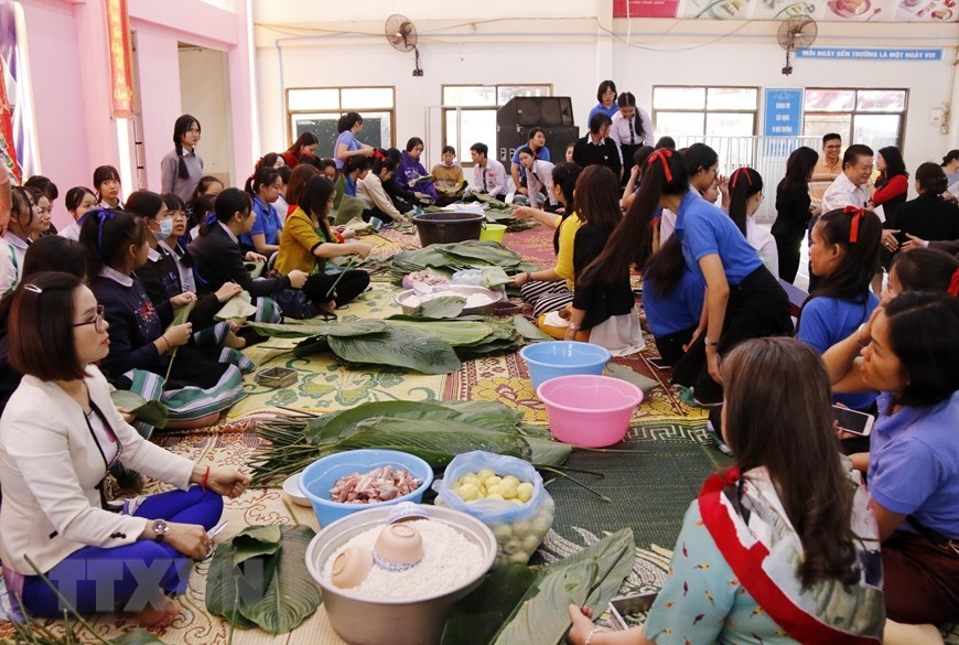 "Nguyen du lao vietnamese bilingual school's students and teachers making ""banh chung"""
