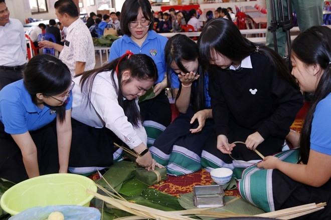 "Nguyen du lao vietnamese bilingual school's students and teachers making ""banh chung"""