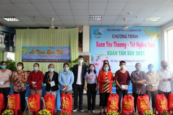 lunar new year gifts presented to disadvantaged households in hcm city