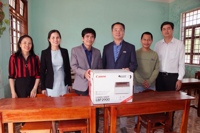 Essential teaching and learning equipment presented to flood-hit Quang Tri