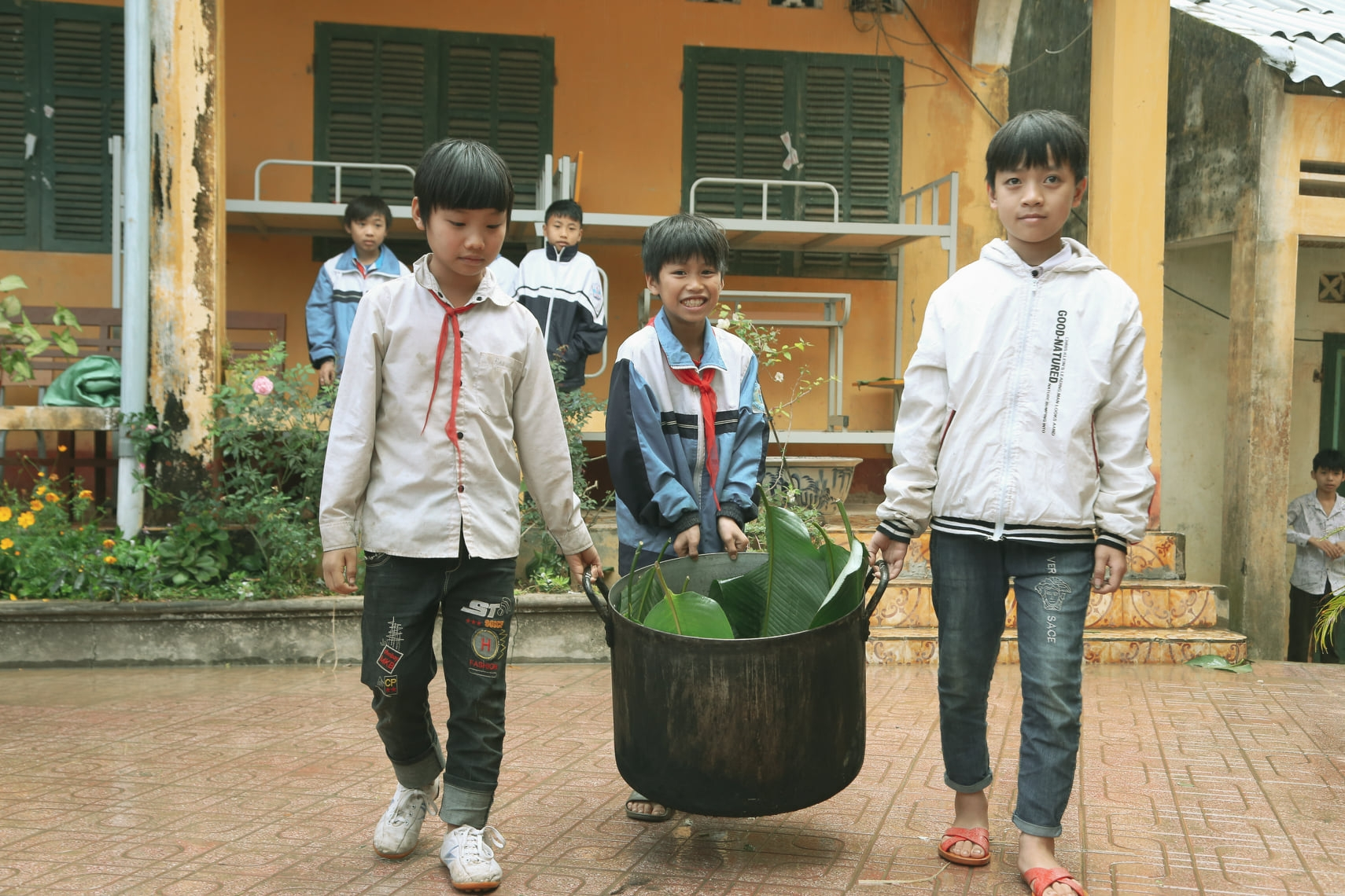 World Vision presents hundreds of Tet gifts to the needy in Hoa Binh