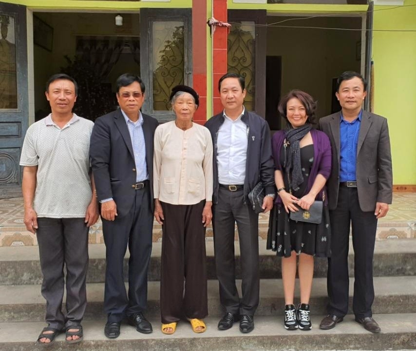 Tet gifts handed over to policy beneficiaries, the needy nationwide