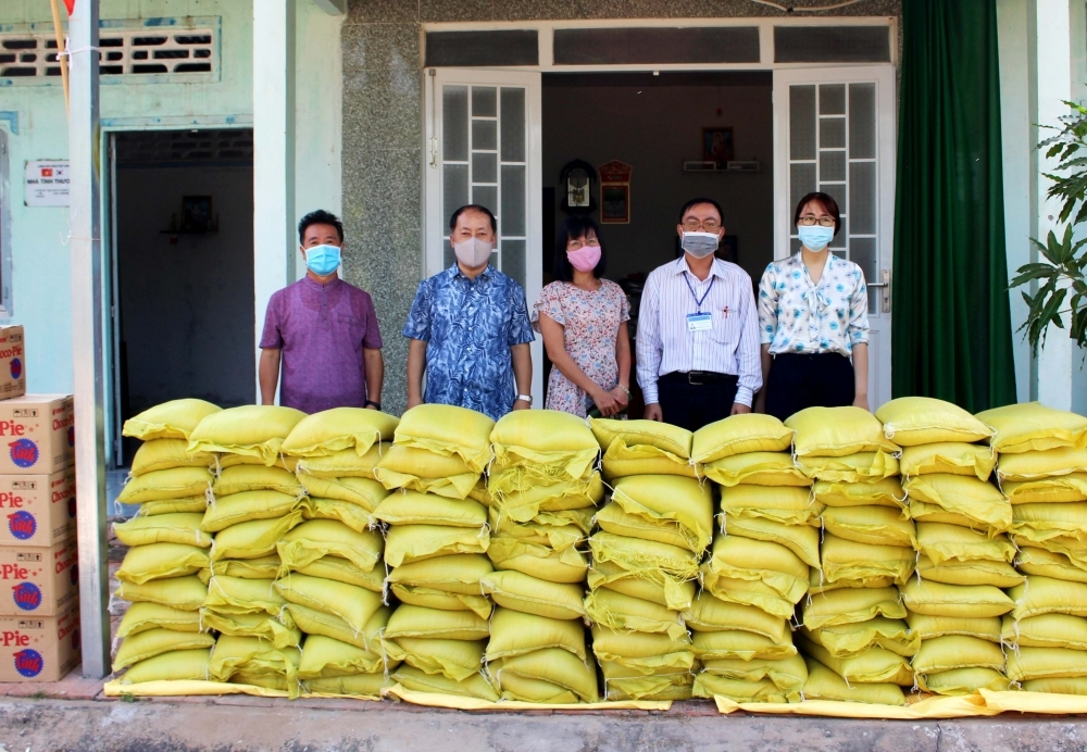 Can Tho Friendship Union, ACEF present gifts to the poor