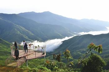 Travel to Ta Xua mountain peak
