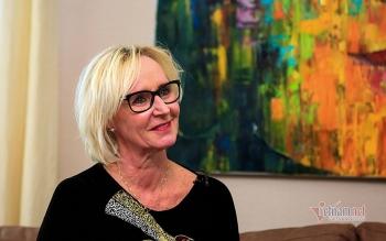 Norwegian diplomat enjoys making Vietnamese 'nem' to welcome Tet