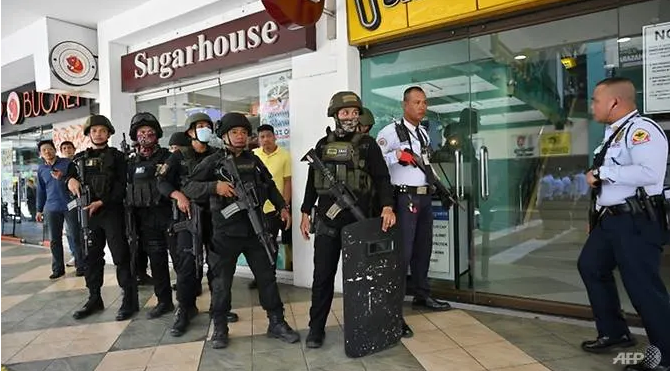 disgruntled former guard holds 30 people hostage in manila shopping mall
