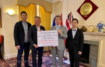 Overseas Vietnamese in UK presents over 43,000 USD to aid COVID-19 fight